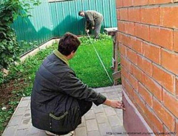 Соседи – первые лица, с которыми необходимо согласовывать все отступления от СНиПа при строительстве гаража.