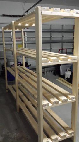 Отдельностоящий стеллаж с полками из досок