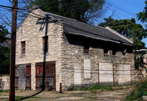 Гараж, отделанный бетонным фасадным камнем