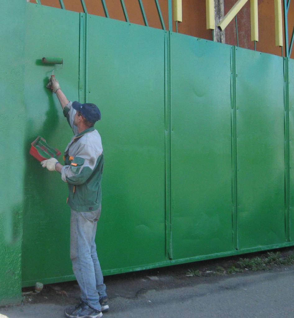 Покраска металлических ворот при помощи валика