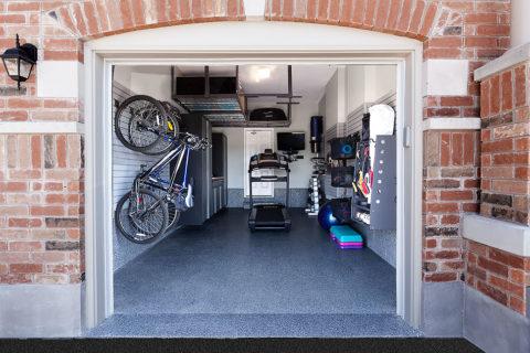 Небольшой гараж на одно авто со спортивной зоной и вместительной зоной хранения