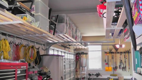 Небольшой гараж со стеллажами