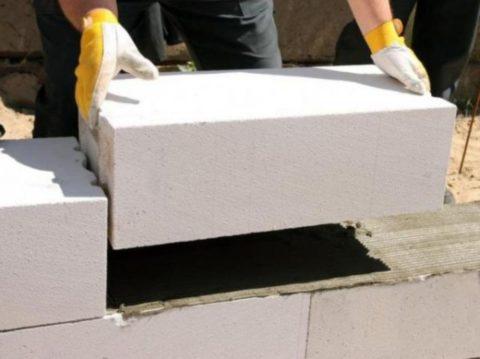 Быстро и недорого построить гараж можно из газобетонных блоков