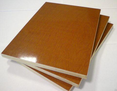 Чтобы не заниматься отделкой полок, их можно сделать из ламинированной фанеры