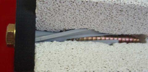 Для пористого бетона необходимо использовать специальные дюбеля
