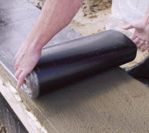 Фундамент необходимо гидроизолировать, чтобы защитить стены от влаги