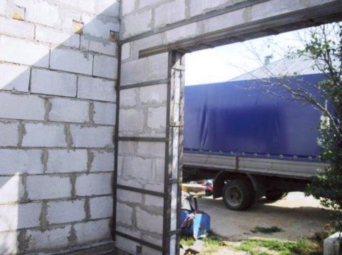 Гараж можно построить из газоблоков — это легкий, теплый и недорогой материал