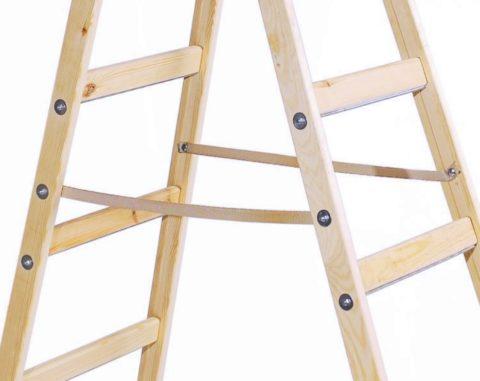 Каркас складывающегося стеллажа выполнен по принципу стремянки