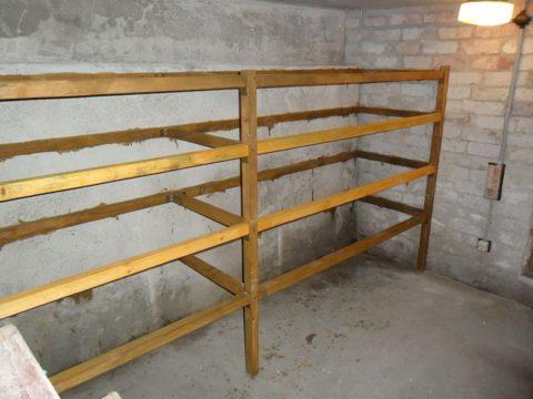 Пристенные стеллажи нельзя переносить с места на место, так как они крепятся к стене