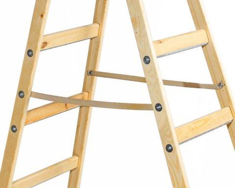 Складной каркас стеллажа напоминает лестницу стремянку