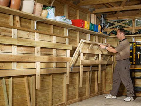 Складные стеллажи актуальны для маленьких гаражей