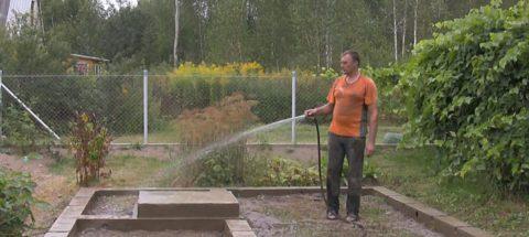 Свежий фундамент периодически поливайте водой