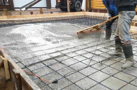 Выравнивание правилом бетона