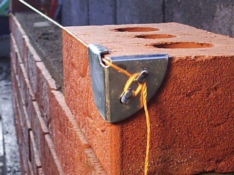 Выравнивайте кирпичи или блоки по натянутой нити