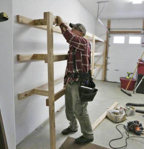 Задние балки пристенного стеллажа при помощи дюбелей крепятся к стене