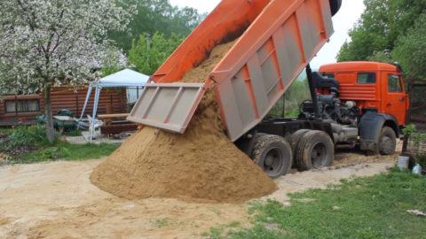 Заранее продумайте место выгрузки песка