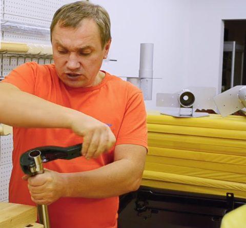 Для разрезки хромовых трубок используйте специальный резак