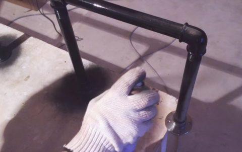 Готовый каркас стеллажа необходимо покрасить