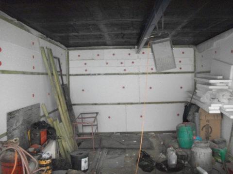 Финишной отделкой стен в гараже можно заняться значительно позже