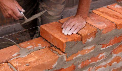 Качественно уложить кирпич могут только профессиональные каменщики