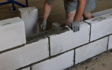 Класть блоки можно самому, даже не имея опыта в такой работе