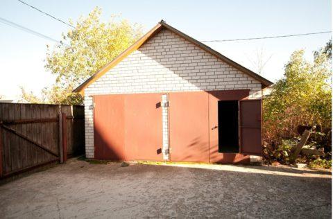 Забор под стенкой гаража
