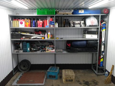 Простой самодельный стеллаж: гараж освобожден от валяющихся инструментов
