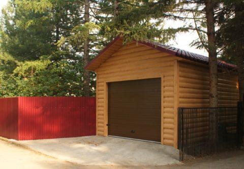Облицовка гаража металлическим сайдингом, имитирующим фактуру бревна