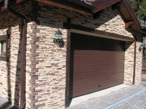 Облицовка стен гаража камнем