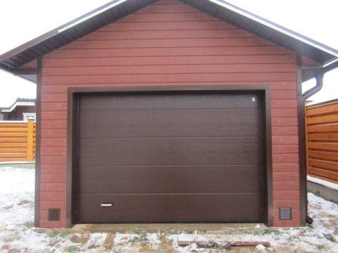 Отделка гаража древесно-полимерным композитом