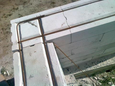 Армирование стены, выложенной из пеноблоков