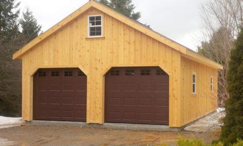 Деревянное строение для размещения автомобилей