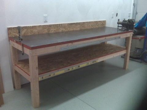 Деревянный верстак с закрепленным металлическим листом