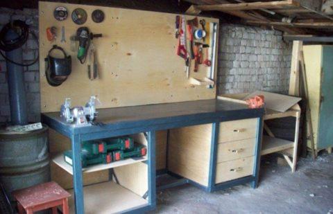 Готовый верстак для проведения работ в гараже