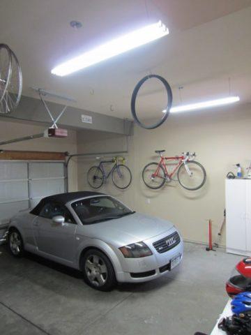 Светильник над капотом автомобиля