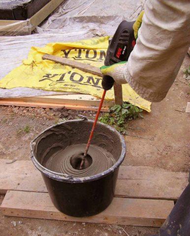 Замешивание бетонного раствора в ведре