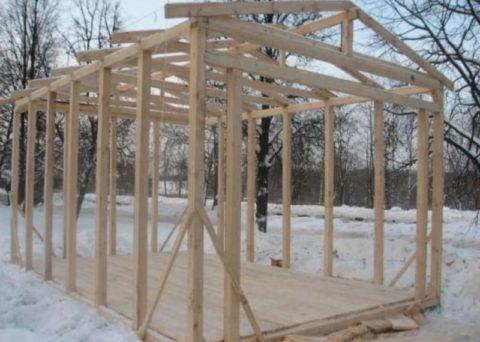 Каркасные конструкции можно возводить и летом, и зимой