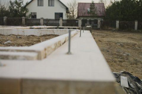 Шпильки облегчат монтаж каркаса на фундаменте