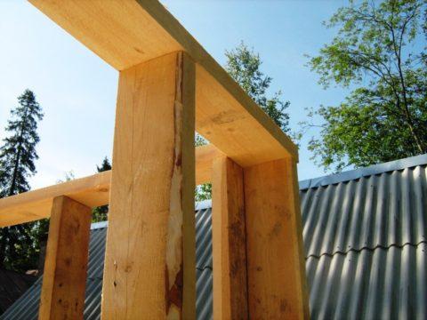 Верхняя обвязка из уложенной плашмя доски того же сечения, что и вертикальные элементы каркаса