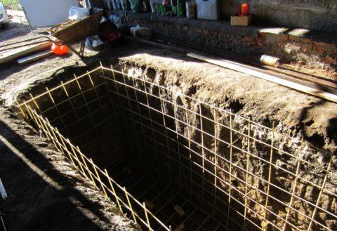 Шаг 6 - Армирование стенок и пола ямы